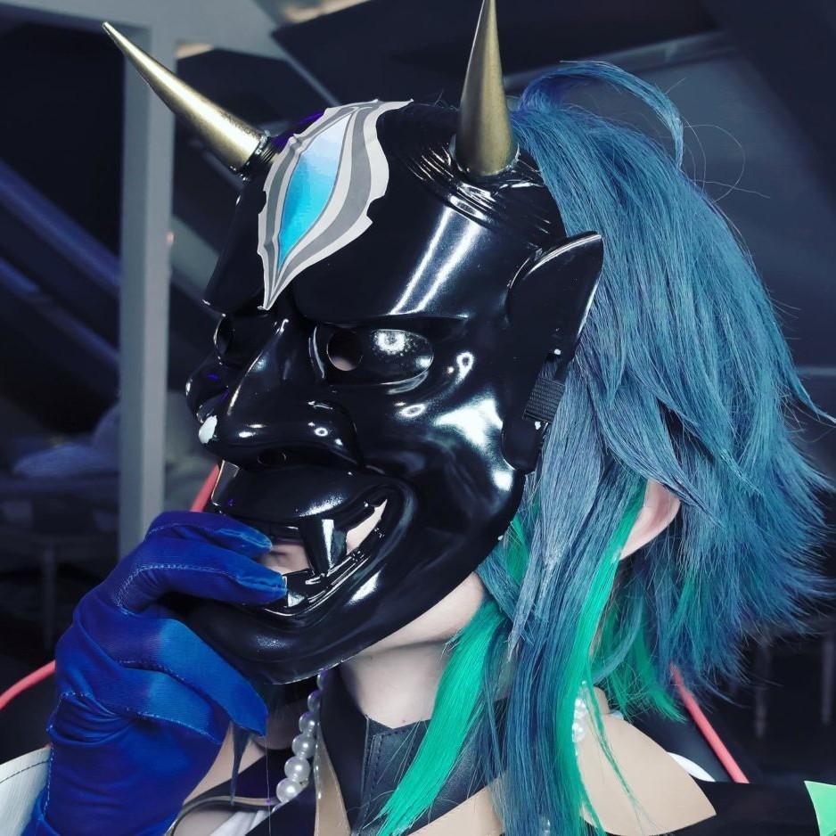 ...Was sich unter der Maske verbirgt?
